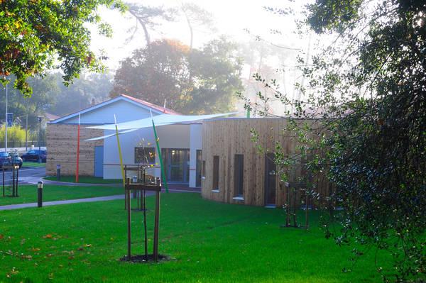 La Maison de la petite enfance La Forêt vue extérieure un matin au soleil levant