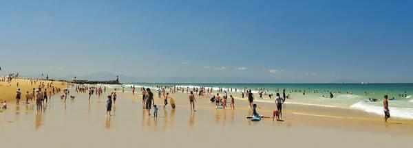 La plage Centrale d'Hossegor l'été avec de nombreux vacanciers les pieds dans l'eau