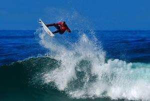 Le champion du monde Kelly Slater dans une figure aérienne sur une vague d'Hossegor