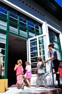 Une enseignante fait entrer les enfants dans l'école d'Hossegor