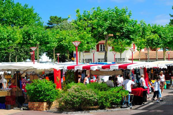 Le marché forain d'Hossegor avec les stands sous les parasols